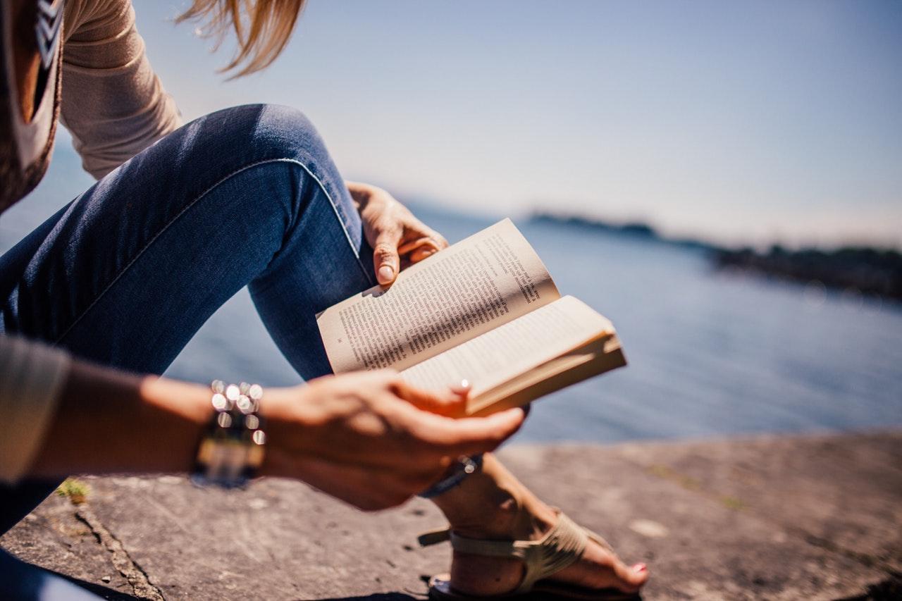En god bok i sommersolen